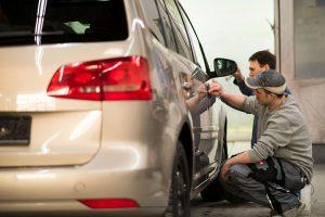 Vorbereiten eines Fahrzeuges zum Lackieren im Lackier- und Karosseriezentrum Hamm.