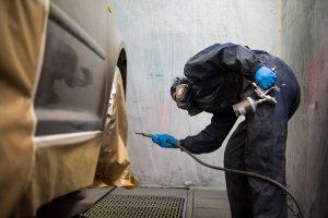 Lackieren eines Fahrzeuges in der eigenen Lackierkabine im Lackier- und Karosseriezentrum Hamm.